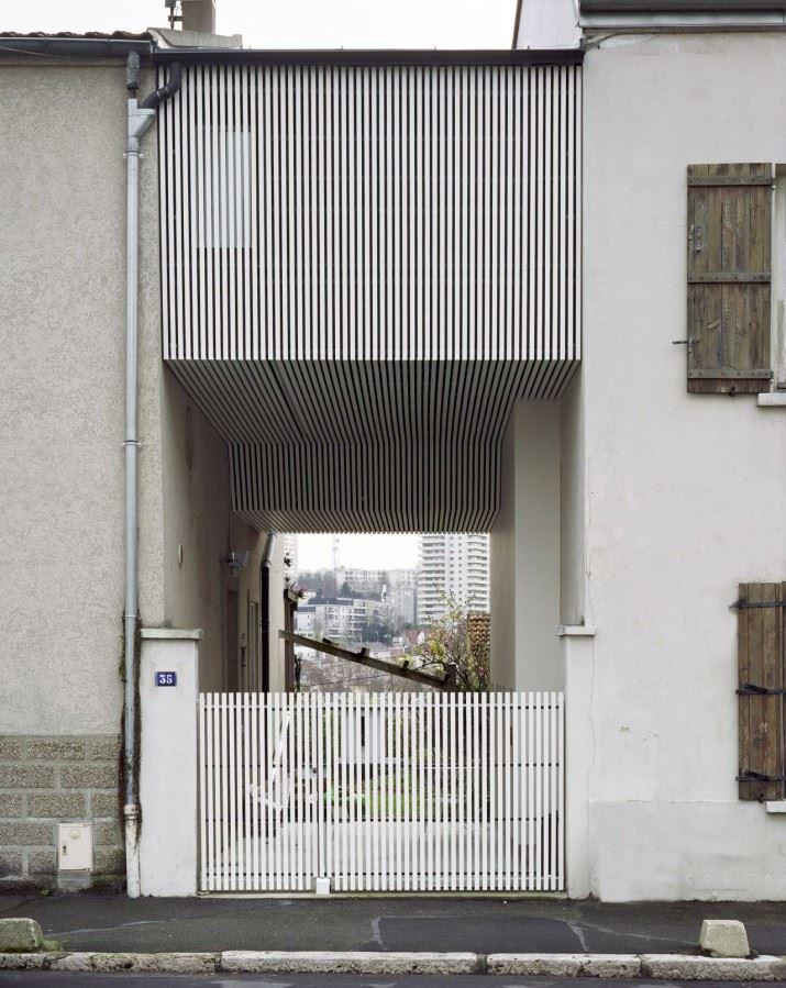 51f00cbde8e44e6da30000eb_a-suspended-room-nem-architectes_portada