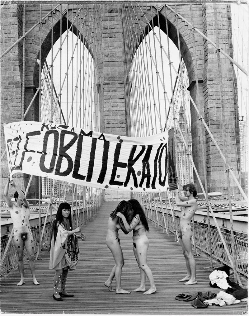 Anatomic Explosion Anti-War Happening, 1968. Pont de Brooklyn, New York.