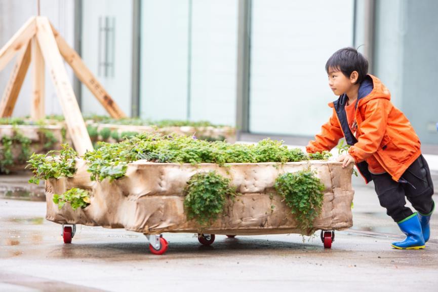 牠它星球 林暐翔、回看工作室,《到它家拜訪_跑跑草場》互動情境照,臺北市立美術館提供。