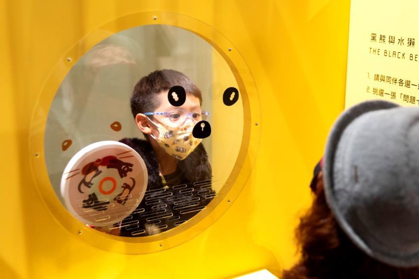 臺北市立美術館與藝術家吳思嶔共同打造學習角落《打電話給黑熊和水獺》互動情境照,臺北市立美術館提供。