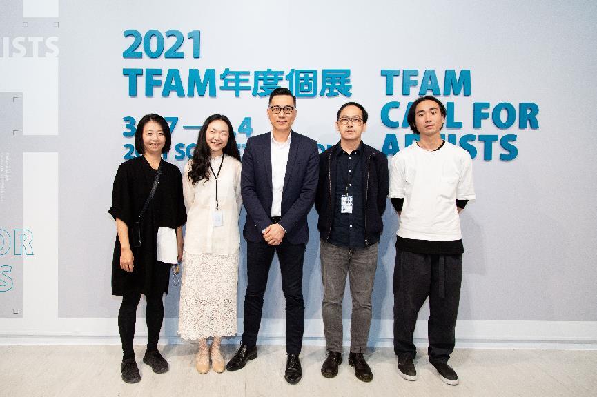 「2021TFAM年度個展」記者會暨開幕典禮合影,臺北市立美術館提供。